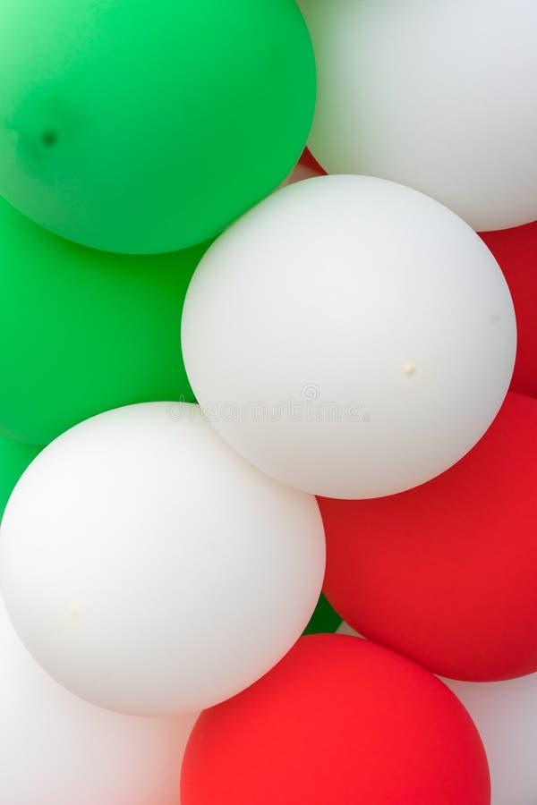 Много красочных воздушных шаров украсили стену как предпосылка стоковая фотография