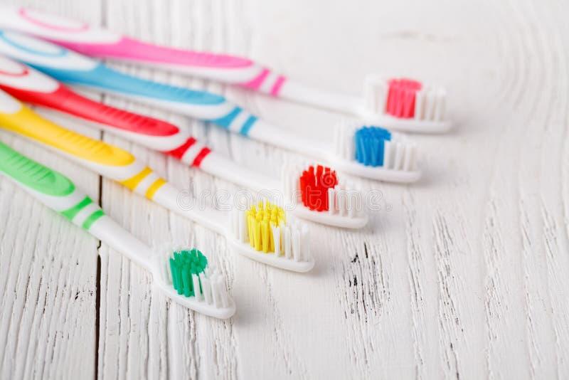 Много красочных зубных щеток стоковые фото