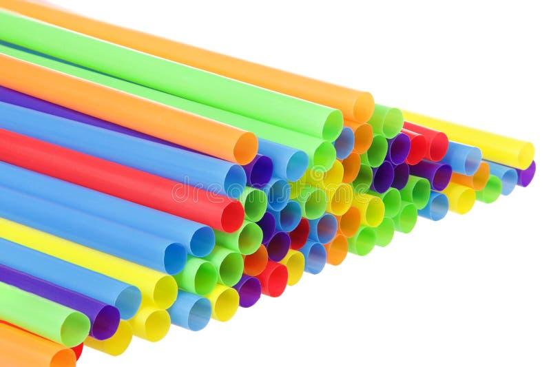 Много красочных пластичных вперед изолированных солом с раскрывать стоковое изображение