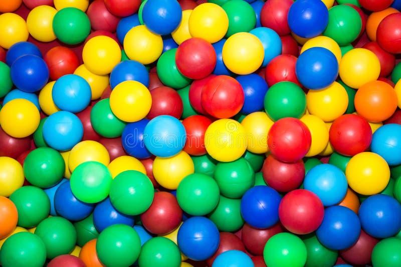 Много красочных пластичных шариков в бассейне для детей стоковые фото