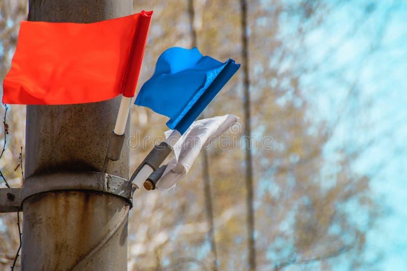 Много красочных флагов развевая над предпосылкой голубого неба стоковое изображение
