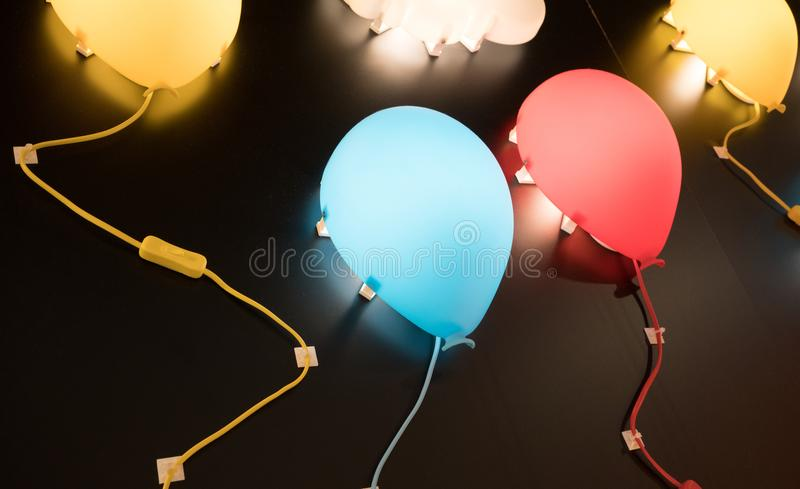 Много красят лампы стены в форме воздушного шара прикрепленный на черном backgro стоковая фотография rf