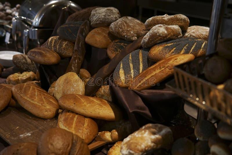 Много кренов различных хлебов в ресторане пекарни стоковая фотография rf