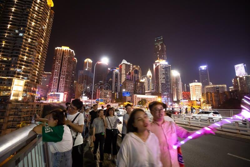 Много люди идя на мост людей qian si в фарфоре Чунцина, здесь ориентир  стоковая фотография