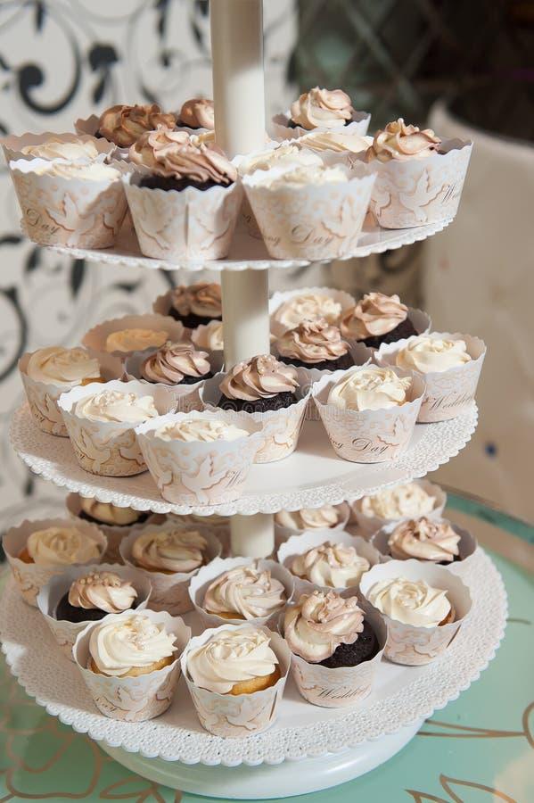 Много малых тортов на стойке пирожного стоковое изображение rf