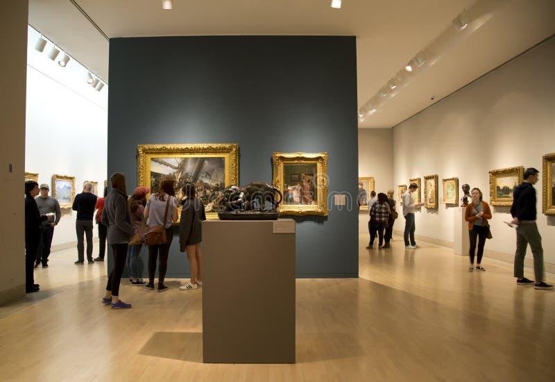 Много музей изобразительных искусств Далласа посещения людей внутри к центру города стоковые фотографии rf