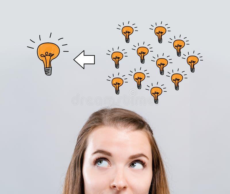 Много небольших идей в одну большую идею с молодой женщиной стоковые фотографии rf