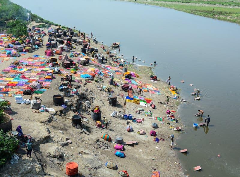 Много одежд людей моя на реке в Агре, Индии стоковые изображения