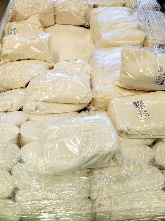 Много пакетов сахара на рыночном мести Пакет полиэтилен и прозрачные стоковое фото rf