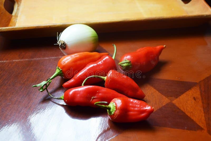 Много перцев красного chili с луками стоковое изображение rf
