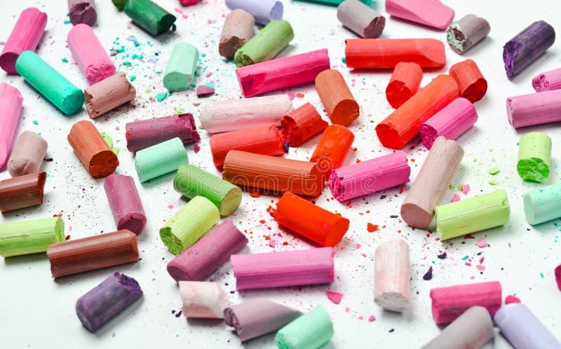Много пестротканых пастельных crayons на белой предпосылке стоковые изображения rf