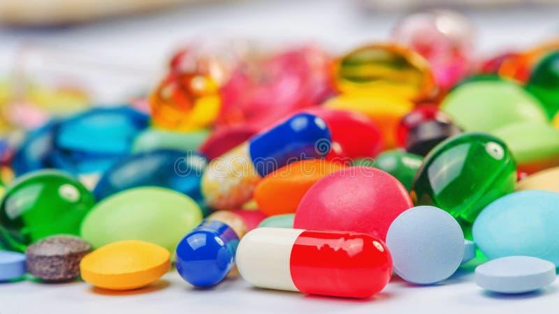 Много пилюльки и таблеток стоковые изображения rf