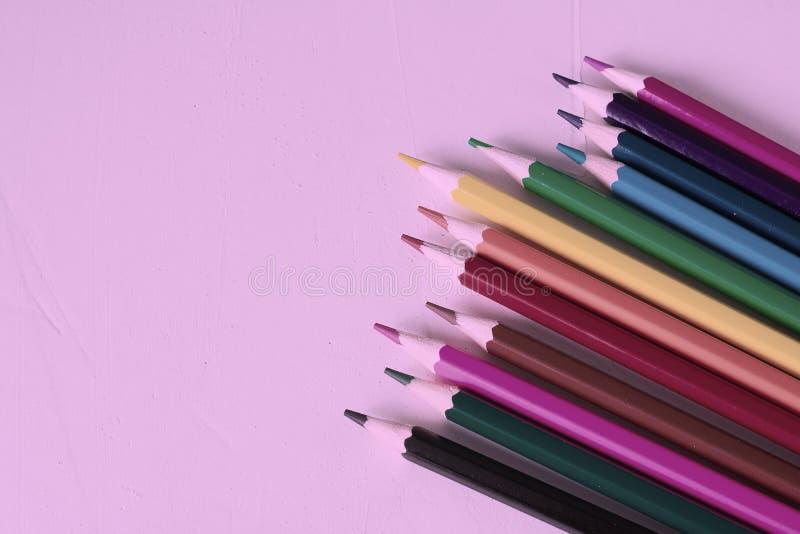 Много покрашенных карандашей в неоновом цвете Spase экземпляра Концепция задней части в школу, воспитательного процесса, исследов стоковые изображения rf