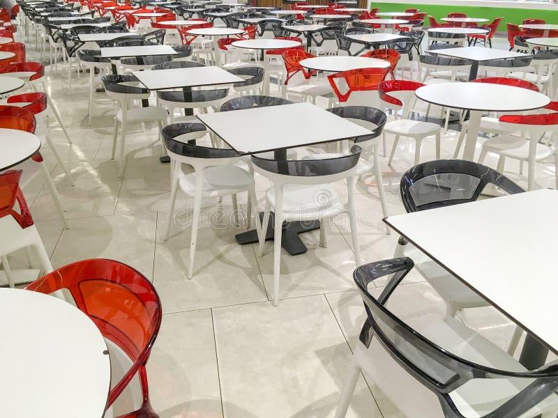 Много пустых пластиковых таблиц в кафе стоковые фото