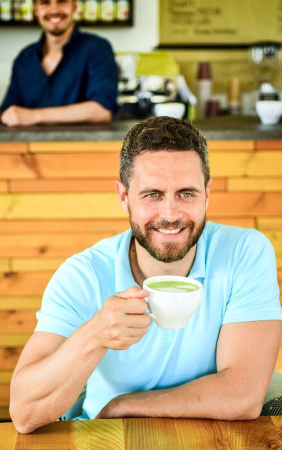 Много путей насладиться кофе Выпейте его черное с молоком или сливк горячим или холодным Добавьте вкус или подсластители Парень ч стоковые изображения rf