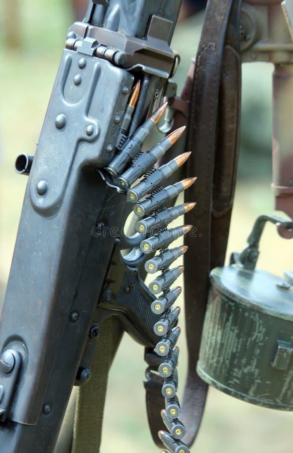 Много пуль пулемета во время воинской войны работают стоковое фото