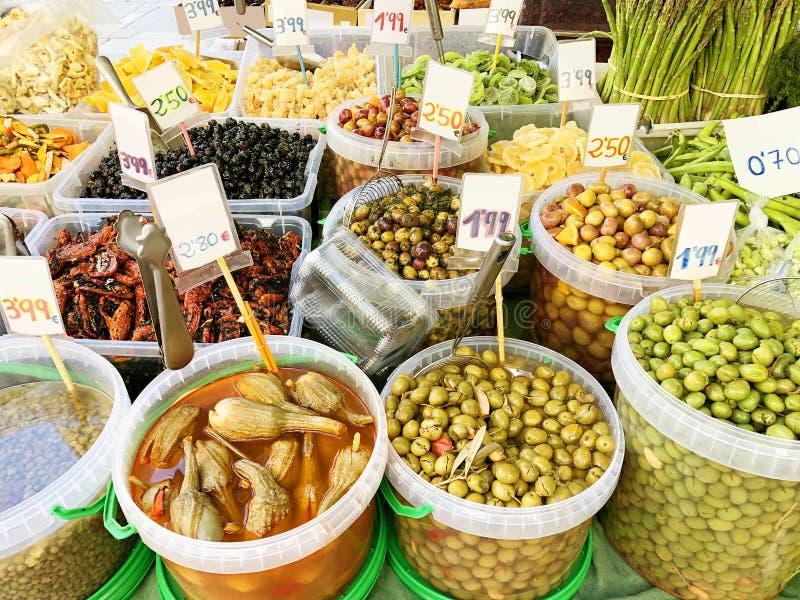Много различных оливок, высушенные плодоовощи на рынке стоковая фотография rf