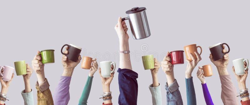 Много различных оружий подняли вверх держать кофейную чашку стоковое фото