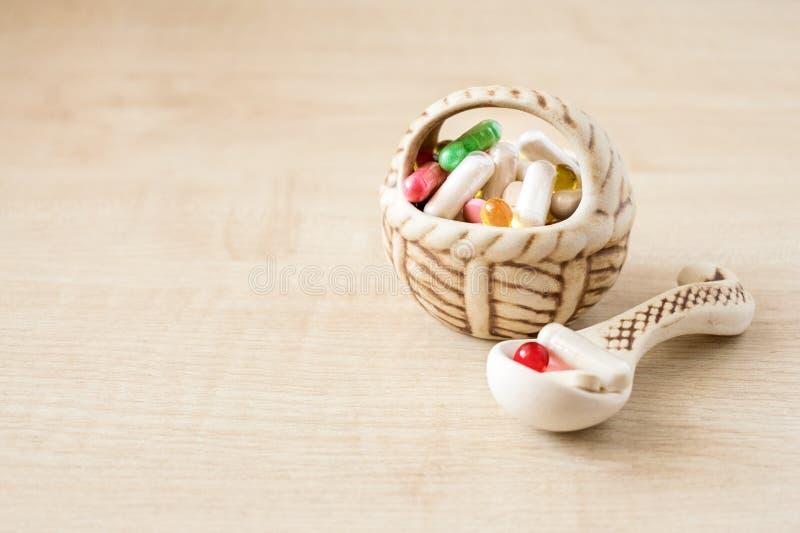 Много различных покрашенных пилюльки, таблетки и капсул в керамическом va стоковая фотография rf
