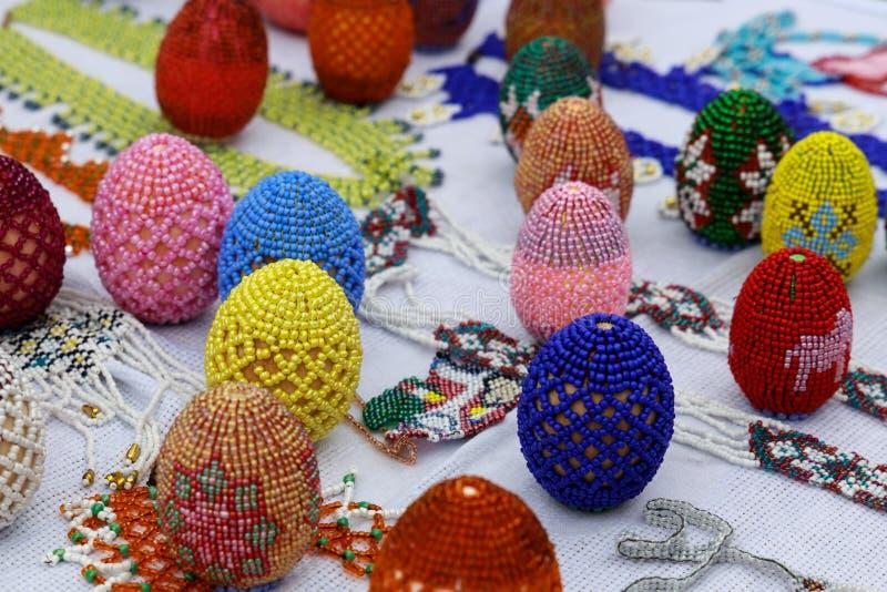 Много различных яя украшенных с пестроткаными шариками как подарок на праздник пасхи стоковое изображение