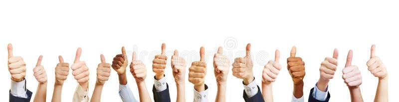Много рук держат большие пальцы руки вверх стоковое изображение rf