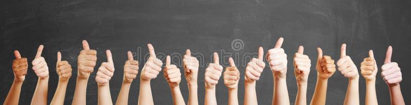 Много рук с большими пальцами руки вверх стоковое изображение