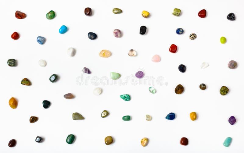 Много самоцветных камней аранжированных на белизне стоковая фотография