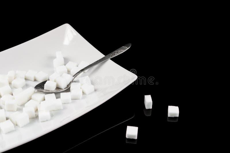 много сахар слишком Кубы сахара в плите Концепция unhealt стоковые фото