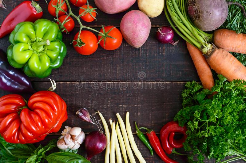 Много свежие органические овощи на деревянной предпосылке стоковые изображения rf