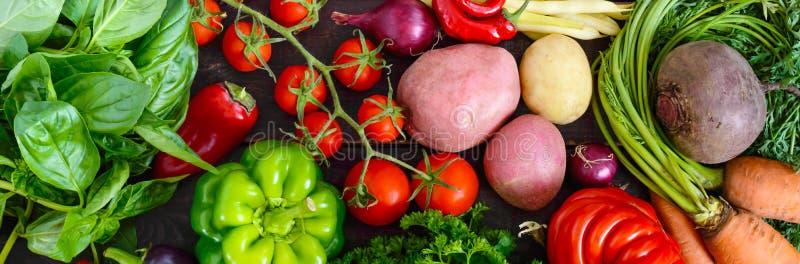 Много свежие органические овощи на деревянной предпосылке стоковая фотография