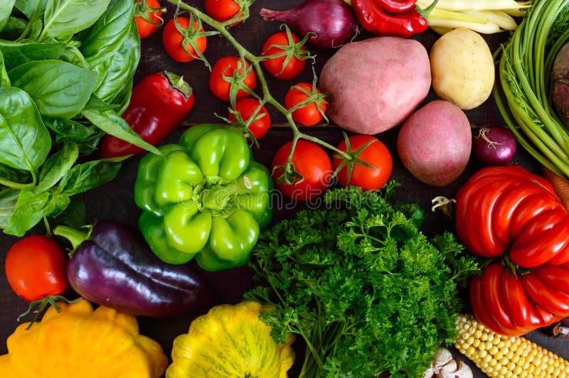 Много свежие органические овощи на деревянной предпосылке стоковая фотография rf