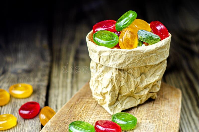 Много сладких сладких конфет в бумажном мешке Стоковое Изображение - изображение насчитывающей конфет, сладких: 160983401