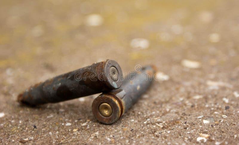 много старые ржавые патроны съемки нашли на земле стоковое изображение