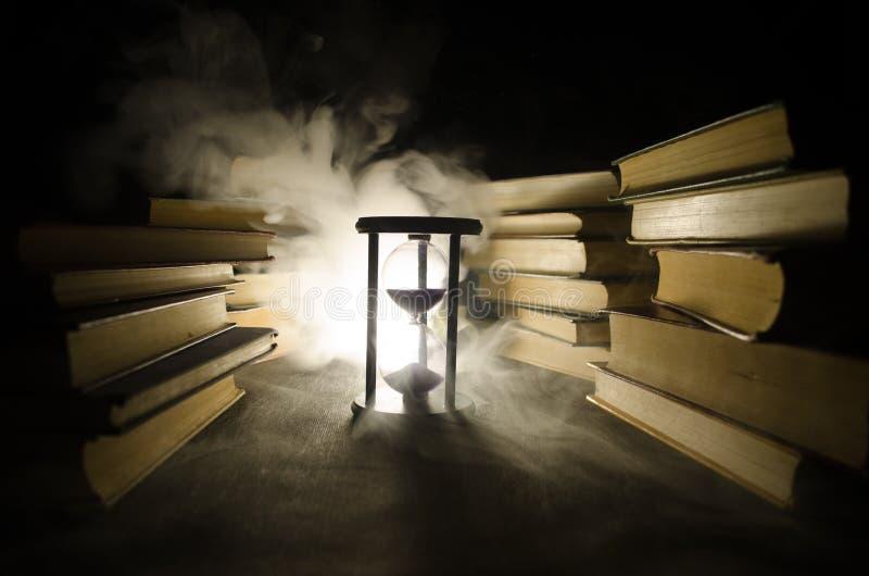 Много старых книг в стоге Концепция Knoledge Книги на темной предпосылке с элементами дыма Заколдовыванная книга в центре стоковые фотографии rf