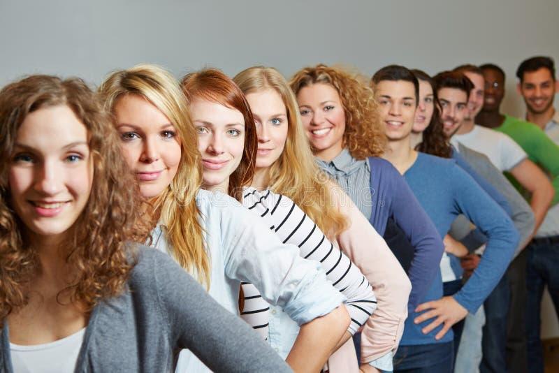 Много подросток в рядке стоковые изображения