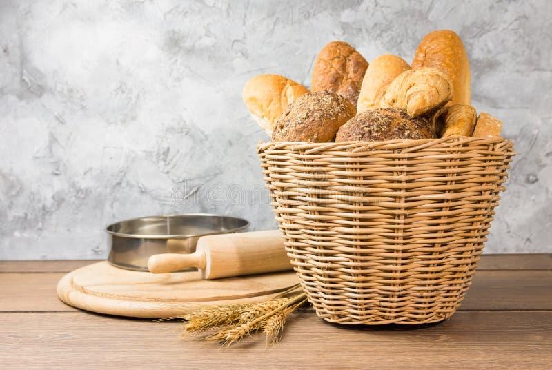 Много типов хлеба в плетеных корзинах стоковые фотографии rf