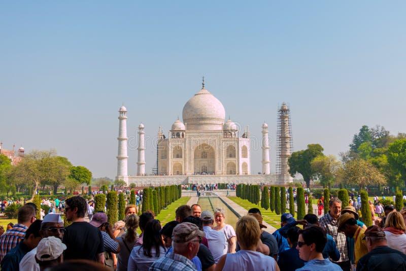 Много туристов посещают Тадж-Махал, 1 из 7 интересов мира стоковое фото