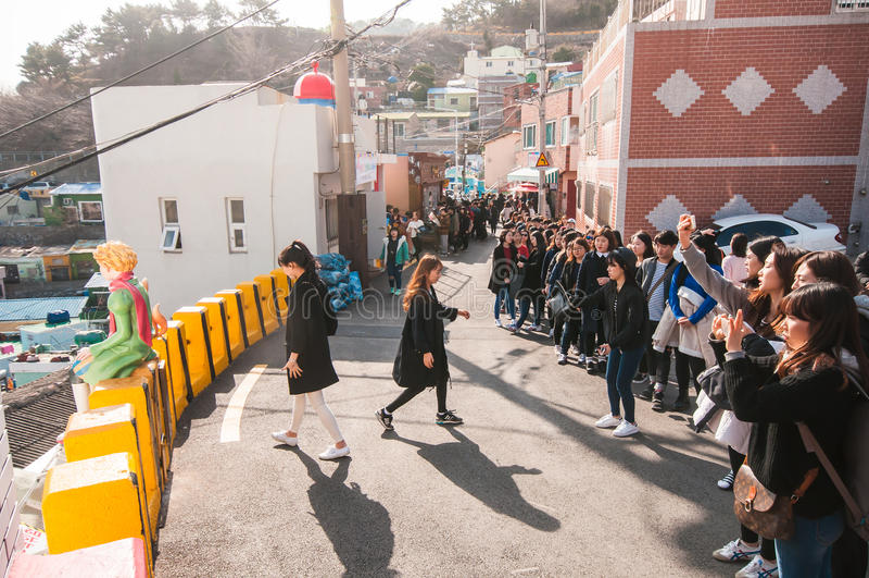Много туристский ждать в линии для делает фотографию известного Lit стоковые изображения