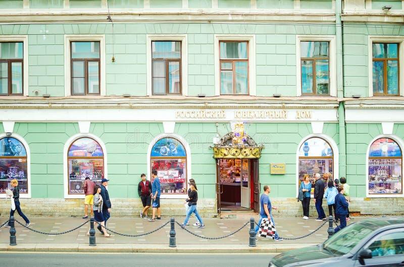 Много туристы идя вокруг города Санкт-Петербурга Красивая старая архитектура стоковое фото rf