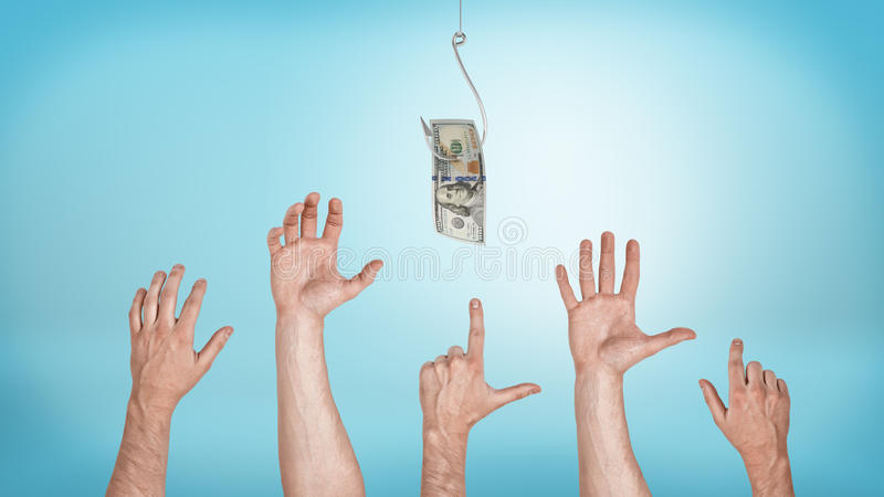 Много указывая, хватать, приветствуя мужские руки направляя для долларовой банкноты зацеплянной крюк стоковое изображение rf