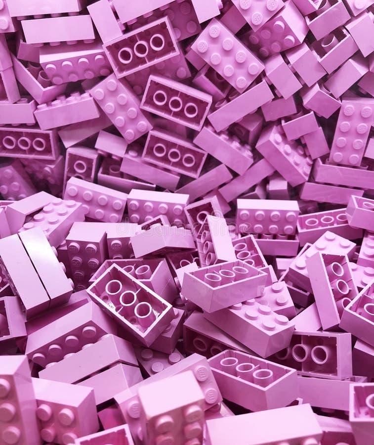 Много фиолетовые пластиковые блоки Lego стоковая фотография