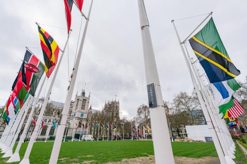 Много флагов и Вестминстерское Аббатство стран стоковая фотография