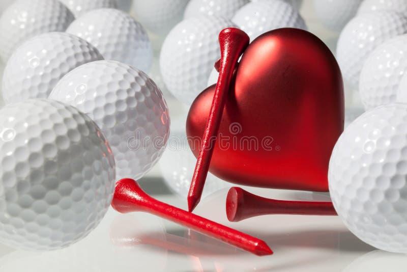 Много шары для игры в гольф и красного сердца стоковые изображения rf