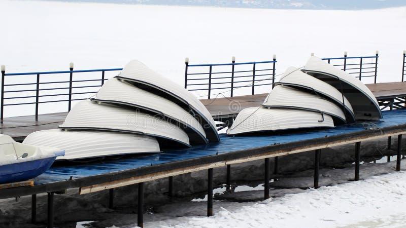 Много шлюпки штабелированные на зима стоковые изображения