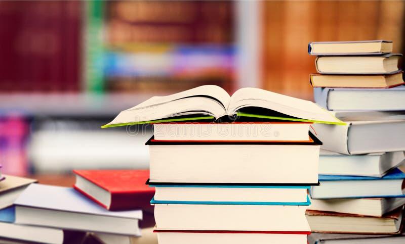Много штабелированных книг на запачканной предпосылке стоковые фото