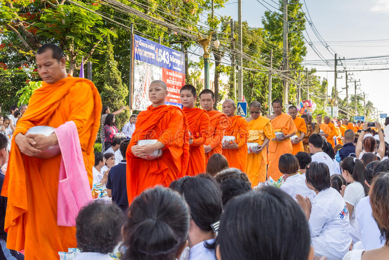 Много людей дают еду и выпивают для милостынь до 1.536 буддийских монахов в дне bucha visakha стоковая фотография