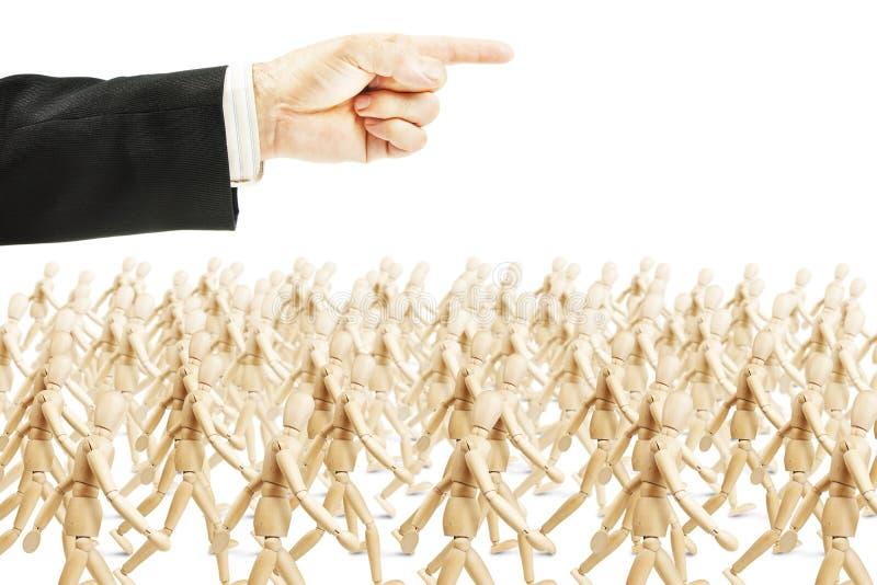 Много людей идя в показанное направление Концепция полного повиновения стоковое изображение rf