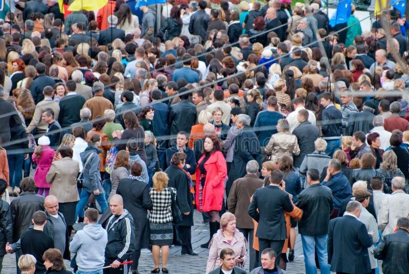 Много людей на улице с флагами стоковые фото