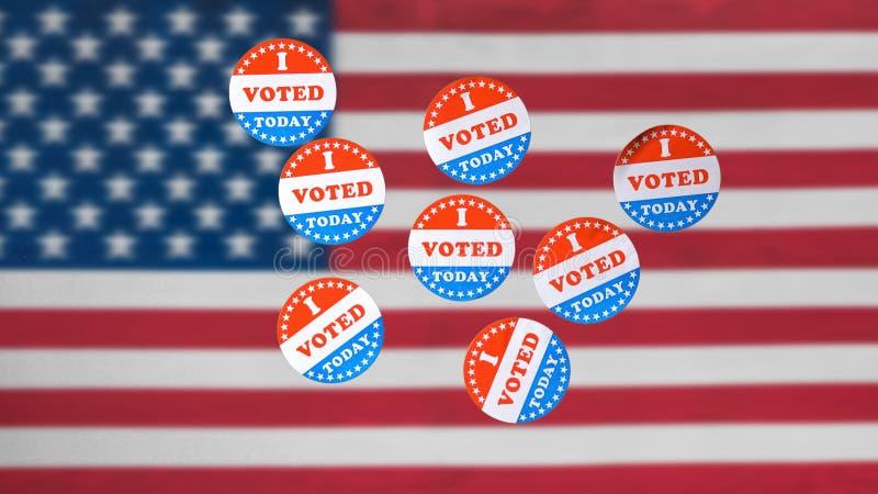 Много я проголосовал сегодня бумажные стикеры перед флагом США в предпосылке стоковые изображения rf