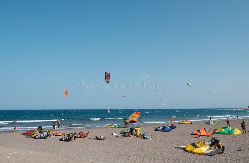 Много kitesurfer и windsurfer на океане на серфере приставают El к берегу Medan стоковая фотография rf